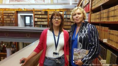 Johtaja Liisa Savolainen (vas.) esitteli kirjastoa sisarelleni Jaana Similälle ja minulle.