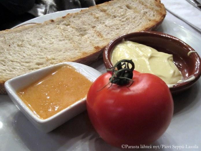 Ennen pääateriaa barcelonalaisessa ravintolassa tarjottiin leipää, tomaattia ja levitteitä.