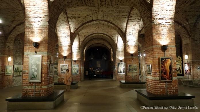 Kryptan seinillä on tilaa vaihtuville taidenäyttelyille.