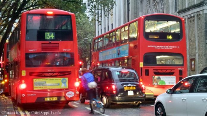 Lontoossa on pääkaupungin ruuhkainen liikenne busseineen ja takseineen. (Kuva lokakuulta 2015.)