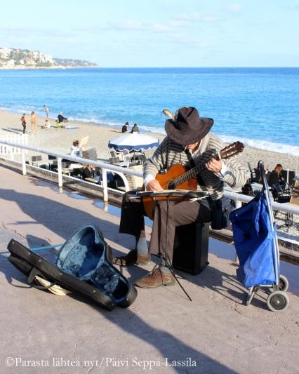 Soittoniekka Promenade des Anglaisilla.