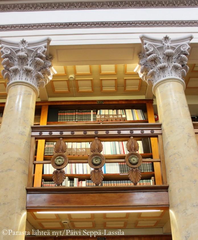 Kansalliskirjato on koristeellinen lukuisine pylväineen, maalauksineen ja kaiverruksineen.