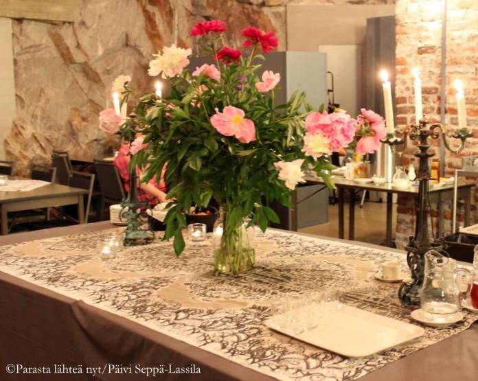 Café Kryptan kahvipöytä oli somistettu upein pioniasetelmin.
