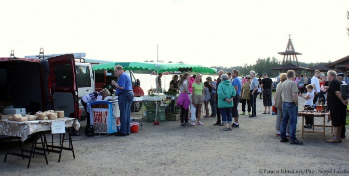 Kylätorilla oli tarjolla tuotteita elintarvikkeista käsitöihin.