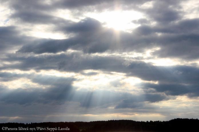 Aurinko siilautui kauniisti pilvien välistä-