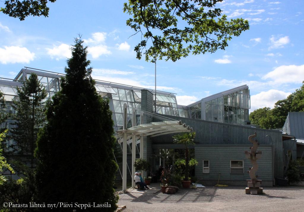 Kasvitieteellisen puutarhan päärakennus kahvioineen ja kasvihuoneineen.