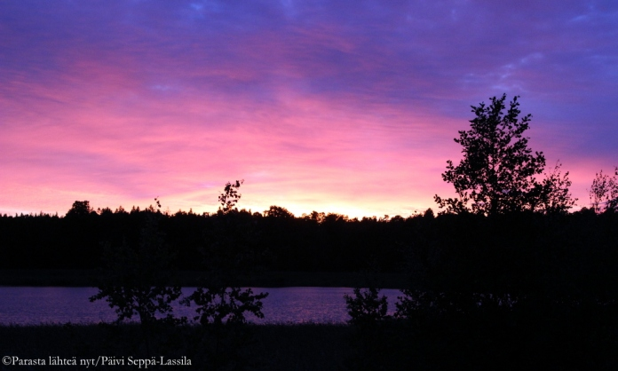 Iltaruskon värejä Krottilanlahden taivaalla.