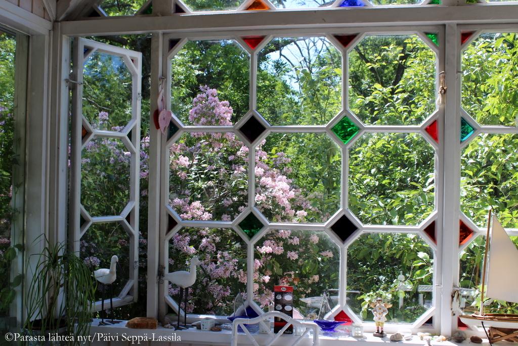 Koriseelliset ikkunat luovat tunnelmaa Villa Kuuvan verannalle.
