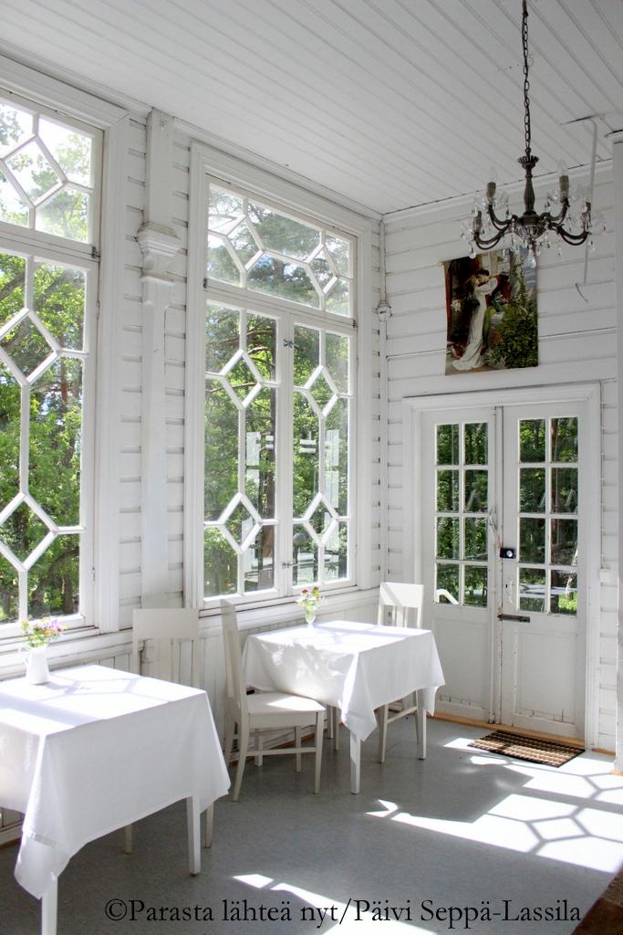 Myös Kahvila Paratiisissa on viihtyisa veranta koristeellisine ikkunoineen.