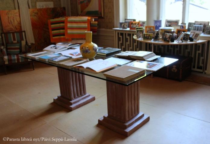 Pöytä pilareilla