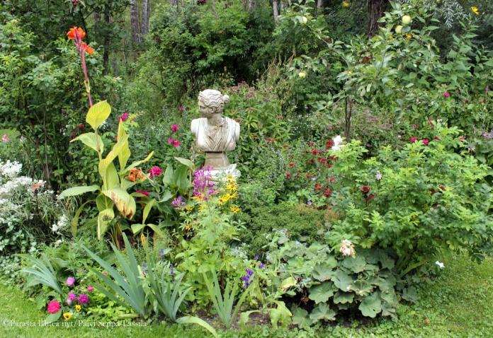 Kuninkaanlammen talonkaunis vanhanajan ruusuinen puutarha rajoittuu 1700-luvun linnoitustöissä syntyneeseen Kuninkaanlampeen ja rauhoitetun lehdon läpi kulkevaan Ehrensvärdin luontopolkuun.