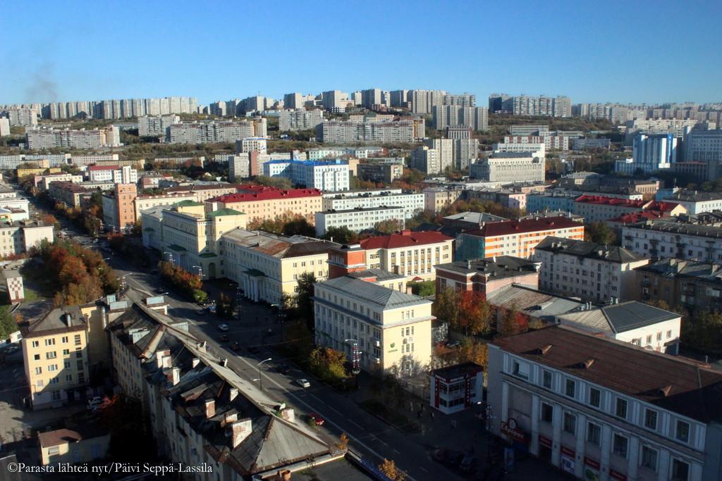 Murmanskia kuvattuna hotellihuoneesta. Suurin osa kaupunkilaisista asuu isoissa kerrostaloalueissa. Eräässäkin keskittymässä asuu 13 000 ihmistä.