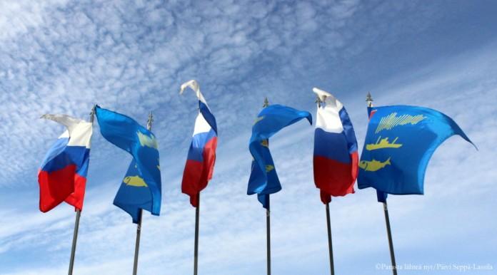 Venäjän ja Murmanskin liput liehuivat Hotelli Azimutin edustalla.