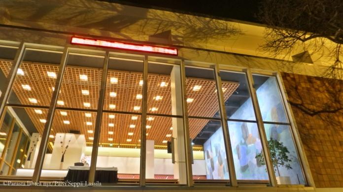 Kuopion kaupunginteatterin julkisivua isoine ikkunoineen.