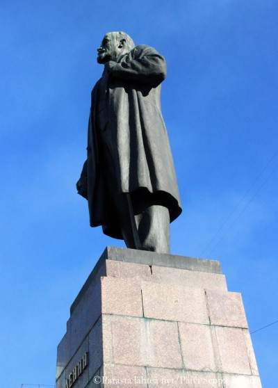 Lenin katselee maailmaa nimikkokatunsa suuntaan.