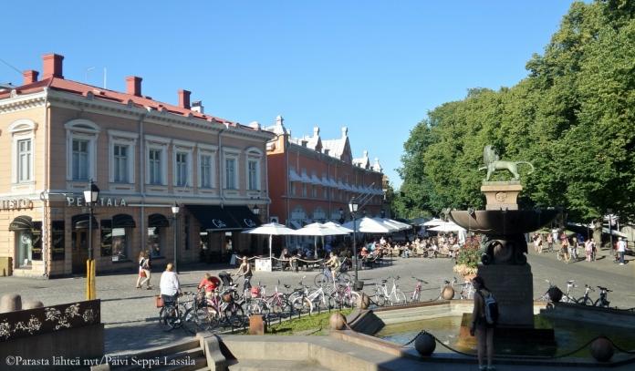 Läntinen Rantakatu alkaa Turun pääkirjaston edustalta.