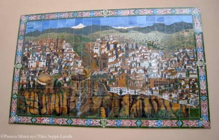 Rondan kaupunkia kuvaava keramiikkatyö.