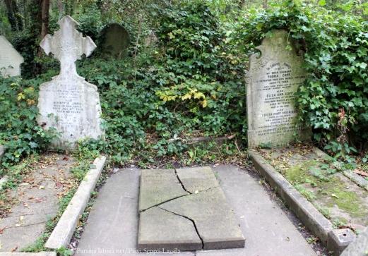 Tämäkin on Karl Marxin hauta. Ilmeisesti tämä on alkuperäinen.