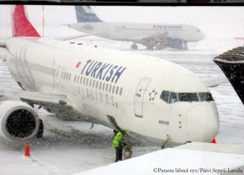 Turkish Airlinesin kone lähti lumisesta Helsingistä kohti Istanbulia, josta jatkolento Abu Dhabiin.