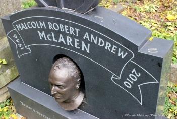 Malcolm McLarenin haudalle tuodaan hakaneuloja.