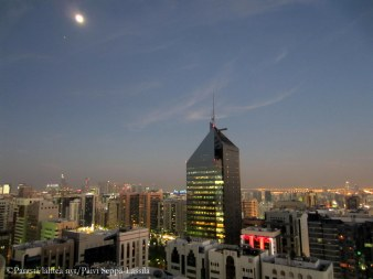 Abu Dhabi by night kuvattuna 28. kerroksesta.
