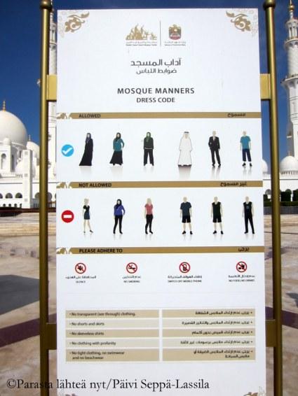 Suuri moskeija vaatii vierailijoiltaan asianmukaista pukeutumista. Naisturistit saavat lainata mustan, hupullisen kaavun.