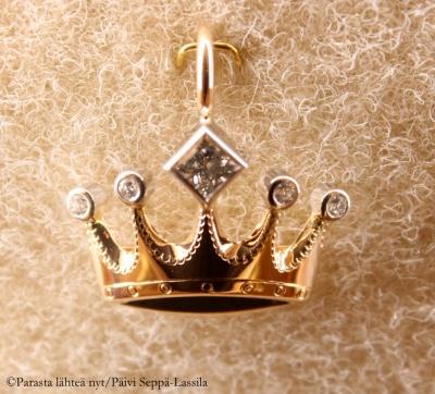 Tämä kultakruunuriipus oli yksi korusuosikeistani.