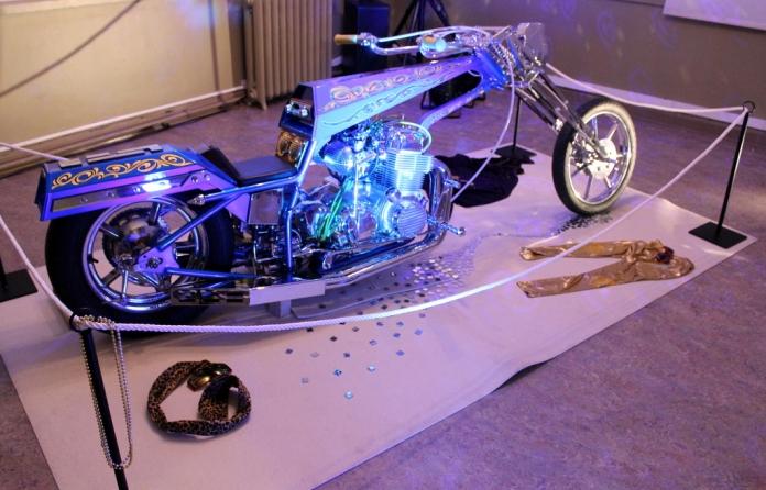Funky Star -moottoripyörä oli esillä omassa näyttelyhuoneessaan diskopallon alla.