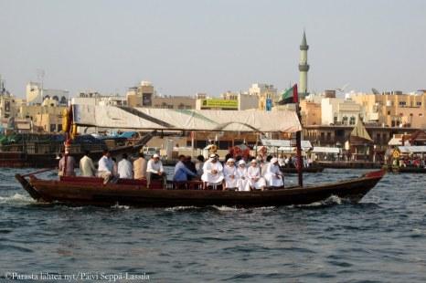 Dubain lahdella liikuttiin veneillä.