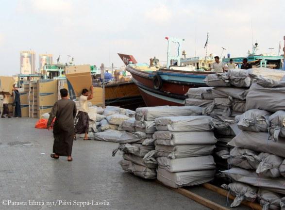 Dubain lahden rannoilla lastattiin tavaraa laivoihin.
