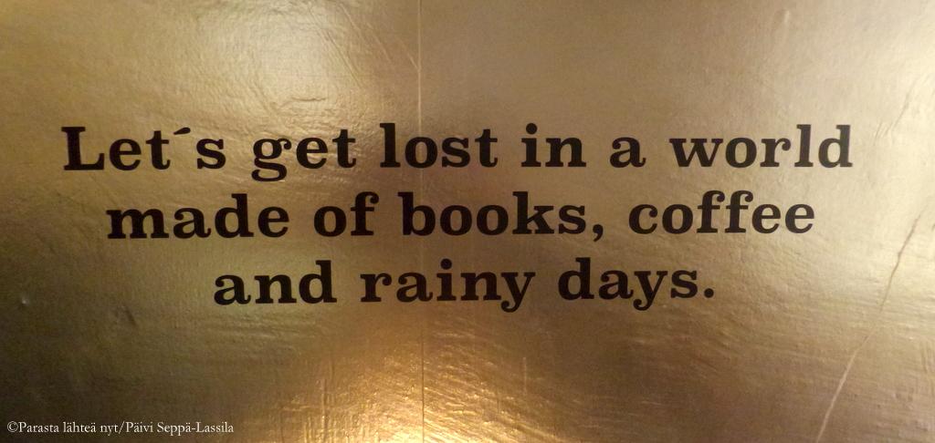 Joskus sitä haluaisikin rauhalliseen soppeen ja upata kirjaan kahvikupillisen äärellä. Lost in Helsinki -ravintolan kullattua seinää mietelauseineen.