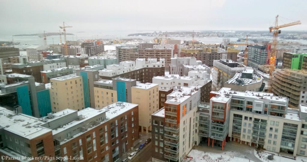 Hotellin ikkunoista näkyy rakenteilla olevaa Jätkäsaarta, Länsisatamaa että keskustaa.
