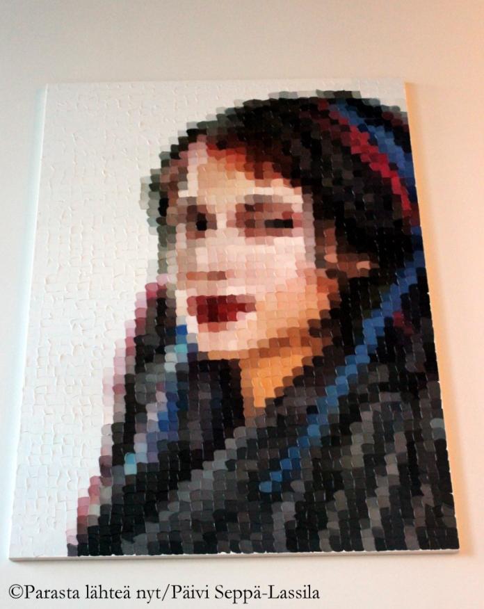 Sofi Oksanen katselee hotellin menoa aulan seinältä. Taiteilijana on Sami Lukkarinen.