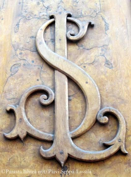 Monogrammi. Kiinnitti varmaan huomioni, koska piirsin jo teininä oman monogrammini, ylhäällä on vielä P-kirjaimen yläosa.