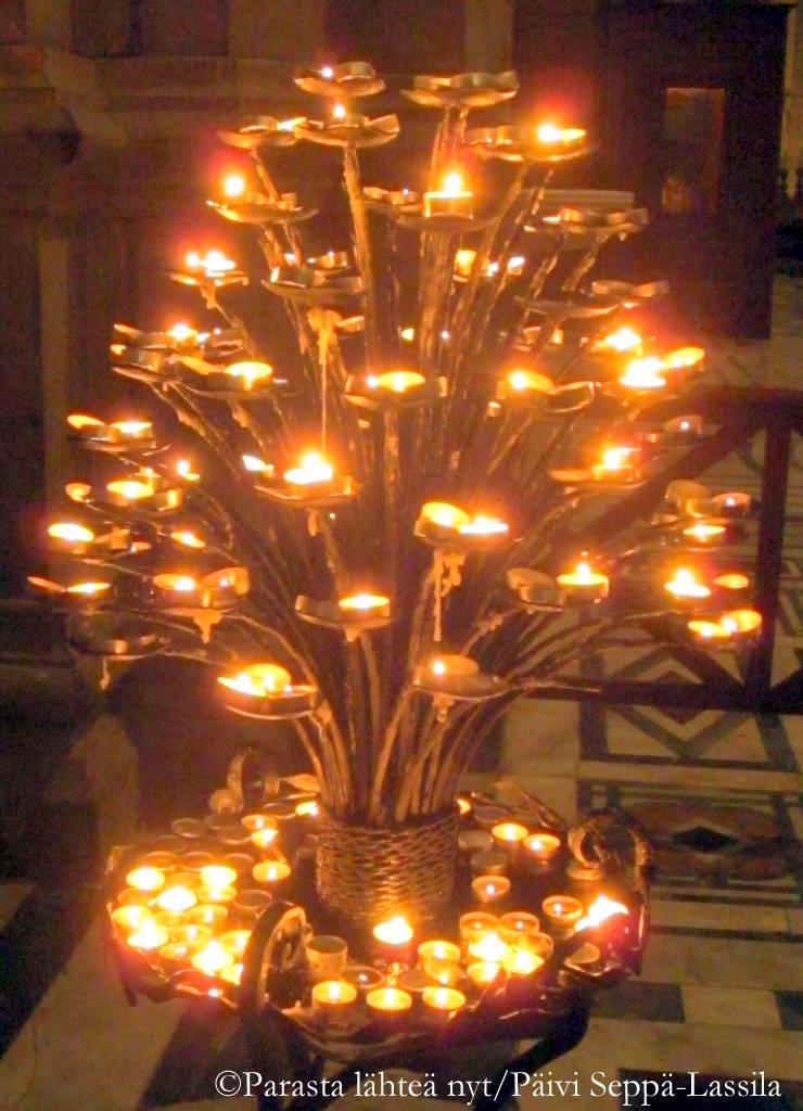 Kynttilöiden loistetta Firenzen tuomiokirkossa.