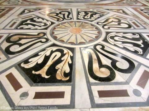 Tuomikorkon koristeellista lattiaa.