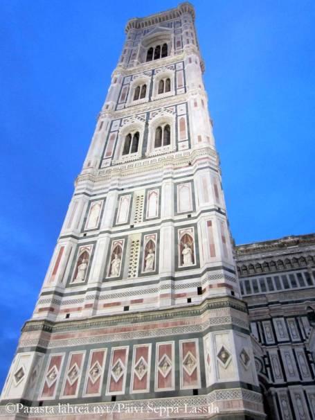 Giotton kellotorni ja Firenzen tuomiokirkkoa-