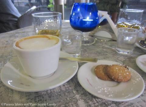 Cappuccinolla tuomiokirkon vieressä olevassa kahvilassa.