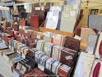 Katumarkkinoilla oli myynnissä kauniskantisia muistikirjoja ja niihin sointuvia kyniä.