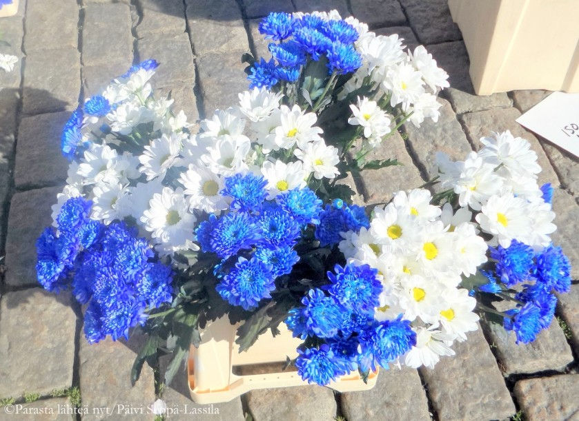 88. Sinivalkoisia kukkia Kauppatorilla Turussa.
