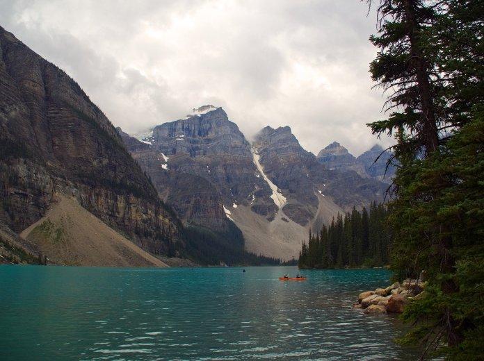 Morainen järvi Kanadassa. Taustalla näkyy vuoristoa.