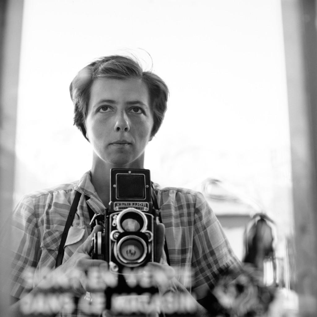Valokuvaaja Vivian Maier mustavalkoisessa omakuvassa