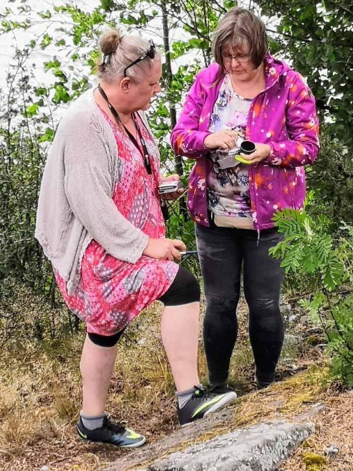 Kaksi naista metsässä