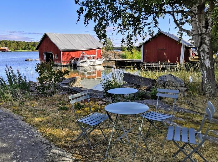 Rantaa, tuoleja ja pöyytiä, venevaja