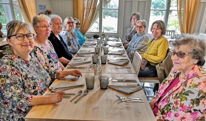 Naisia ravintolapöydässä