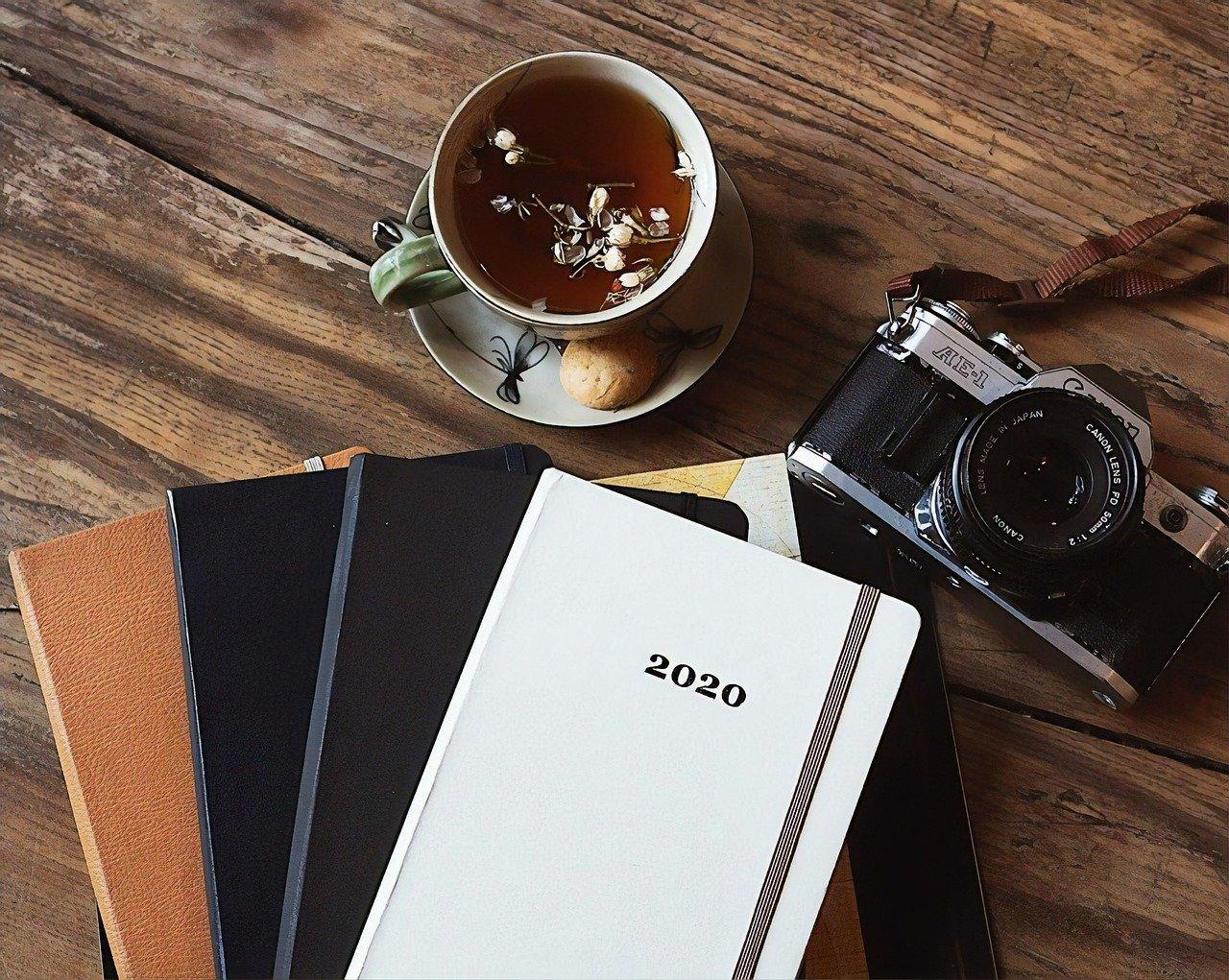 Kalenteri 2020, kamera, teekuppi