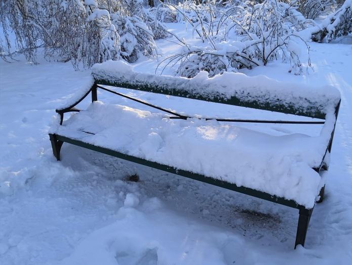 Luminen puistonpenkki