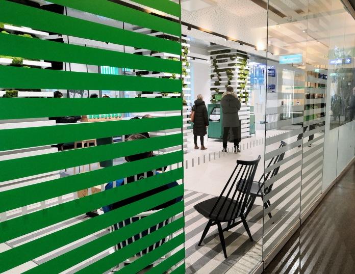 VR:n myymälä Helsingin rautatieasemalla lasiseinän takaa