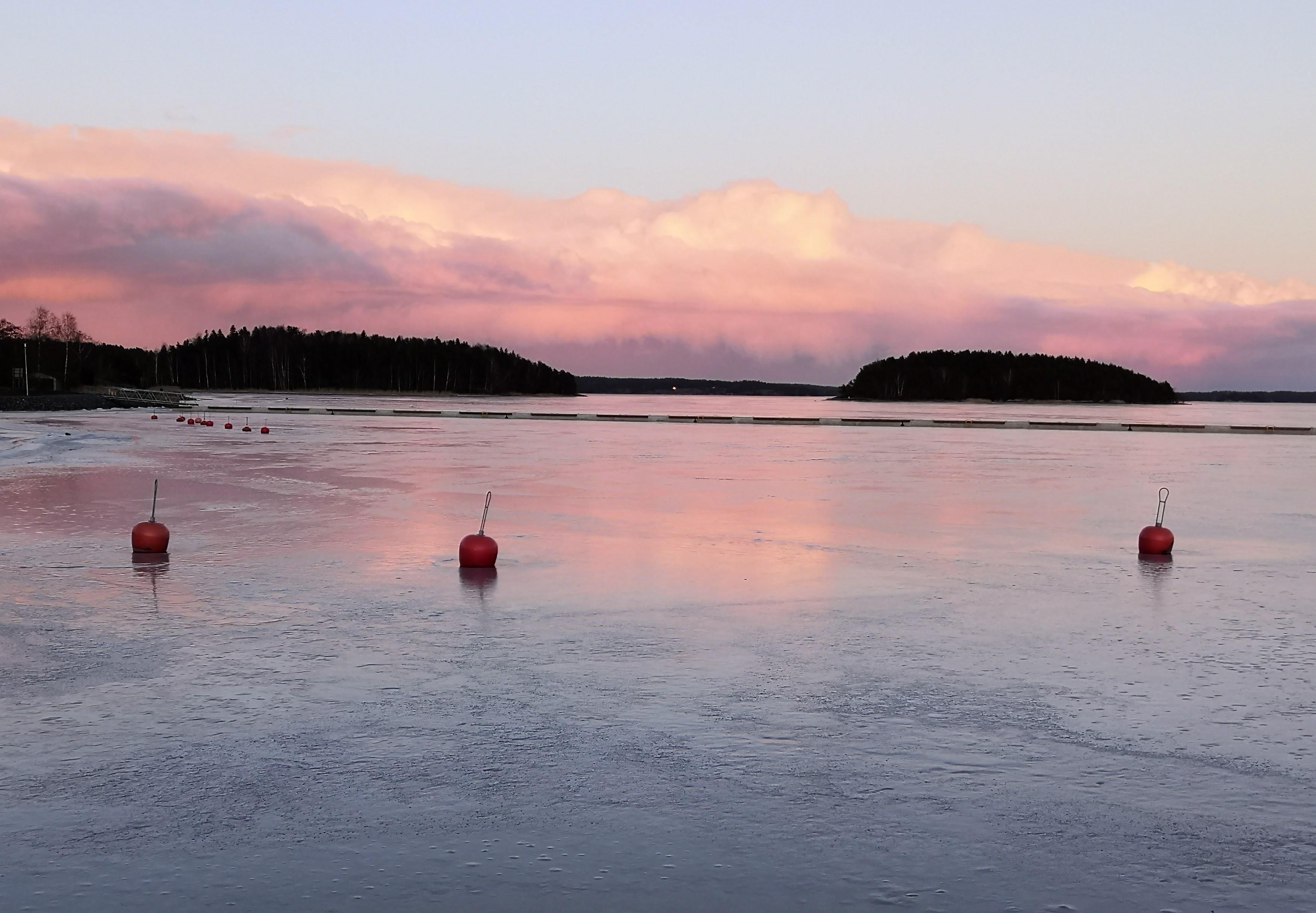 Vaaleanpunainen taivas, merta auringonlaskun aikaan Taalintehtaalla