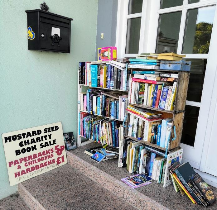 Kirjoja hyväntekeväisyysmyynnissä